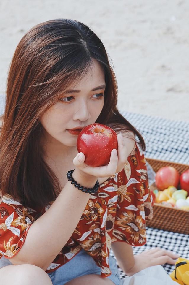 Chụp cùng quả táo