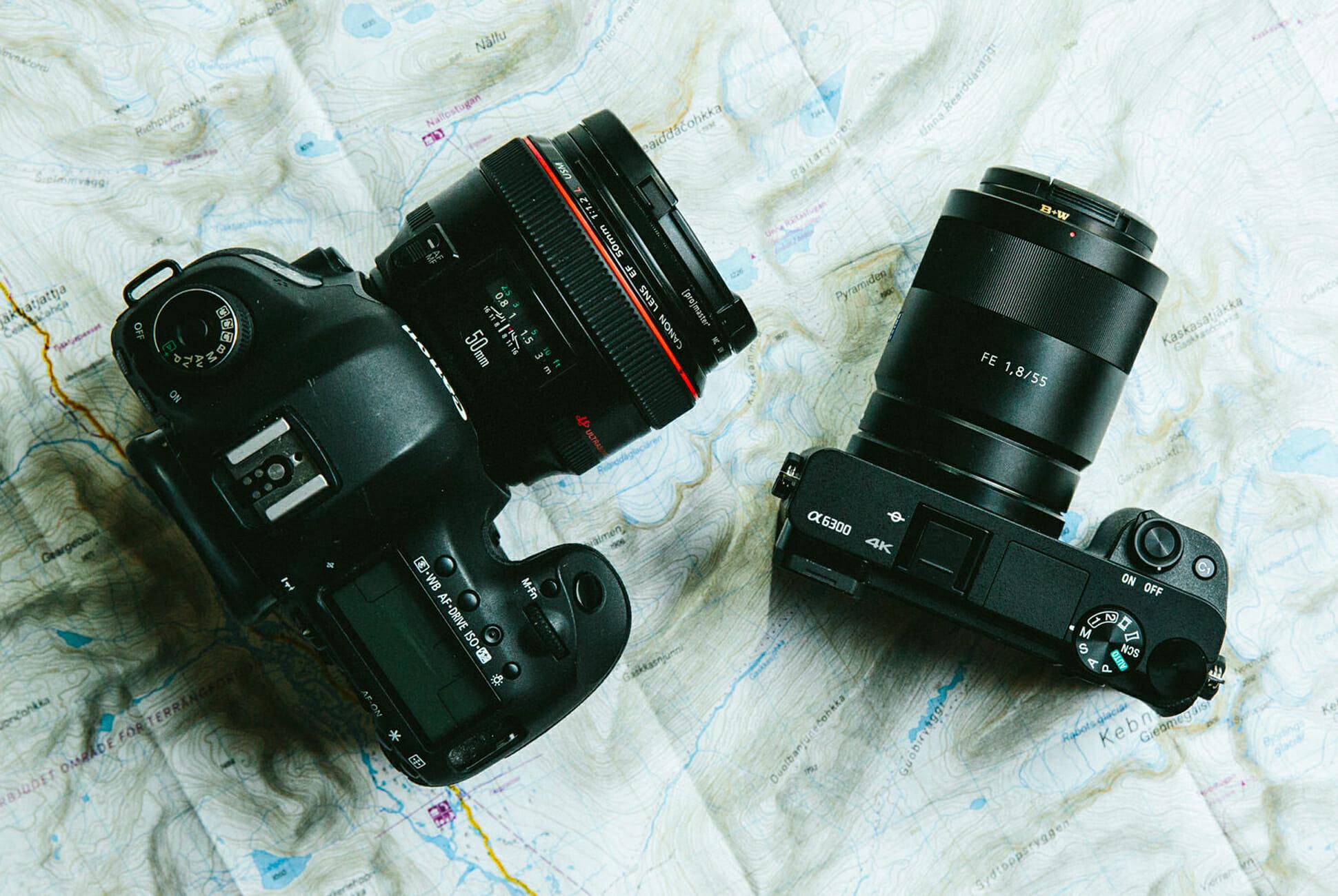 chuẩn bị máy ảnh trước khi đi du lịch